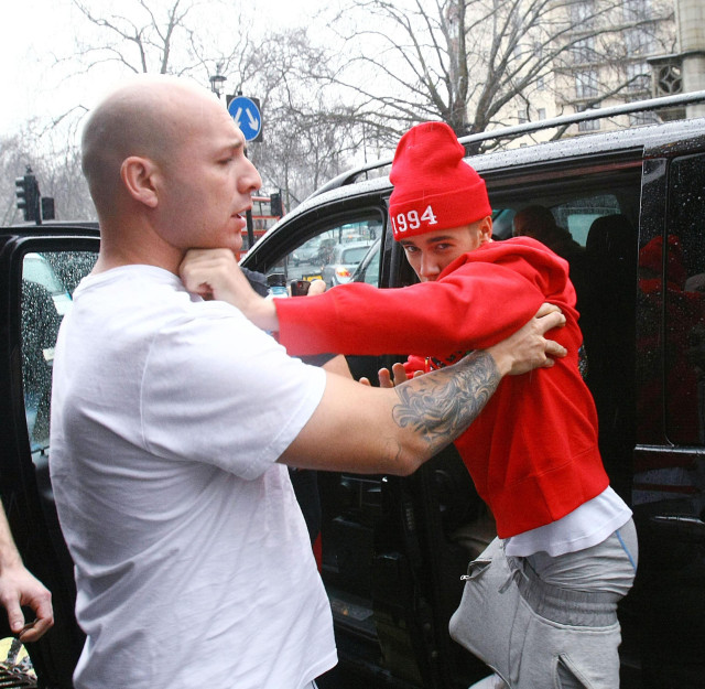 Justin Bieber Fights Photog 139535 Photos The Blemish