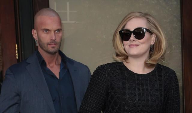 ` In primo luogo sta prendendo Grammy Gaga ed ora sta prendendo la sua guardia del corpo?   Internet sta amando la guardia del corpo calda di Adele