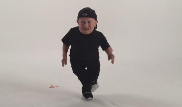 Verne Troyer viene per Drake con parodia di Bling della linea diretta del ` la video