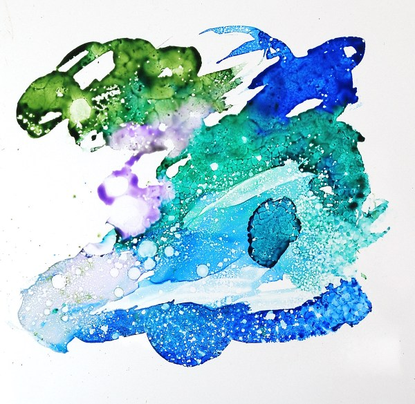 Use a spray bottle of alcohol to make interesting patterns in your alcohol ink designs on non-porous surfaces. More at The Blue Bottle Tree.