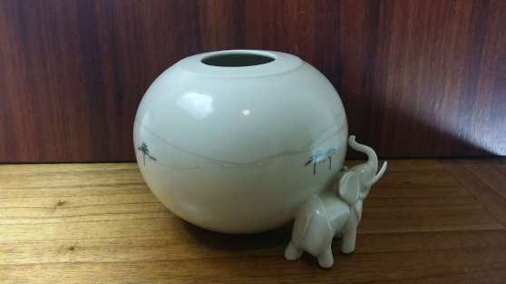 Porcelain spherical vessel with elephant.