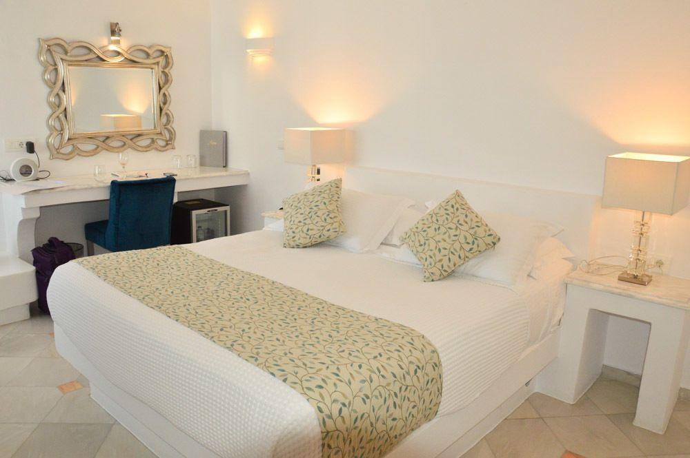 greece_santorini_andeliz-suites-room