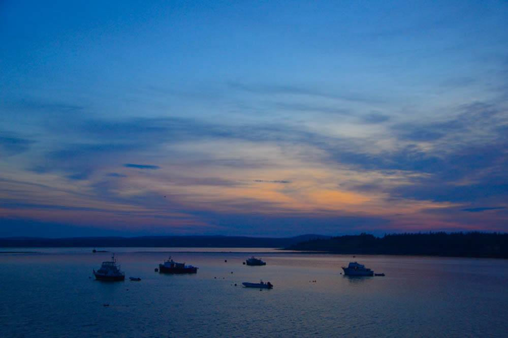 canada_new-brunswick_standrews-whale-watching-boats-at-sunset