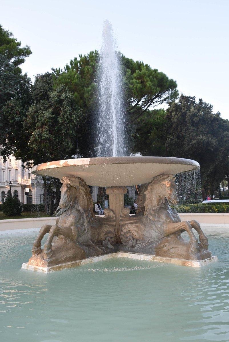 Italy_Rimini_Hotel-fountain