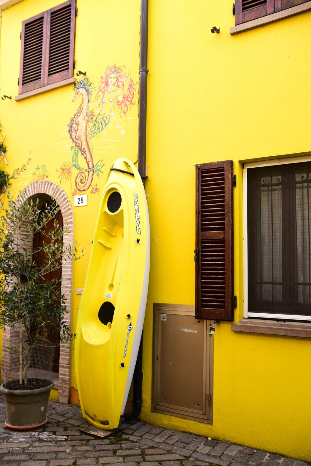 Italy_Rimini_old-town-back-streets-yellow-house-boat