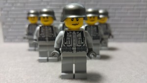 BM299 - Minifigs Front