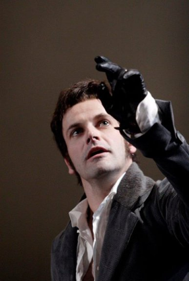 Victor Frankenstein (Jonny Lee Miller).
