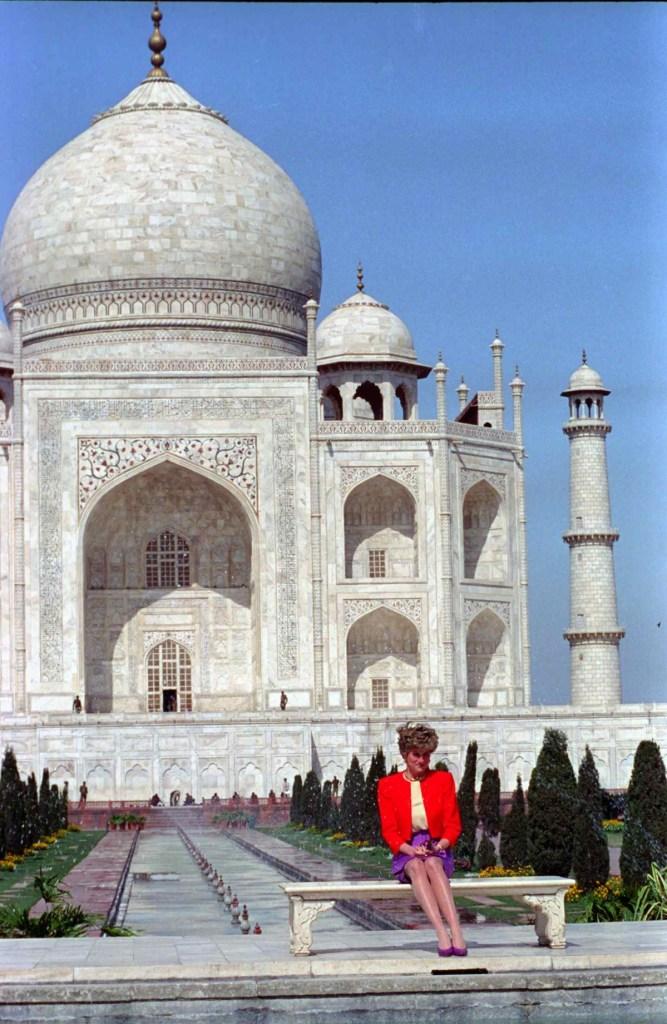 Princess Diana in front of the Taj Mahal in Agra, India