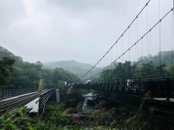 Jingan bridge before visitors can reach Shifen Waterfall