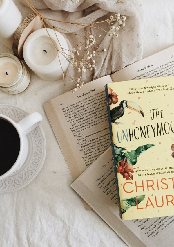 The Unhoneymooners by Christina Lauren | BOOK REVIEW | best kind of a beach read