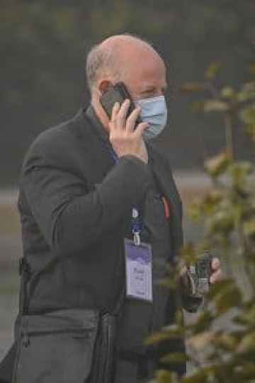世界卫生组织 (WHO) 调查 COVID-19 冠状病毒起源的团队成员彼得·达扎克 (Peter Daszak) 在武汉希尔顿武汉光谷酒店用手机交谈。 (HECTOR RETAMAL/法新社通过盖蒂图片社拍摄)