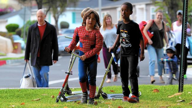 """View Park residents walk to Monteith Park for a twilight showing of the movie """"The Wiz."""" (Photo: Luis Sinco/ Los Angeles Times)"""