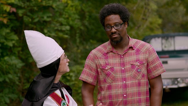 Comedian W. Kamau Bell interacts with a Ku Klux Klan member on the pilot episode of the CNN docuseries 'United Shades of America' (Photo Credit: CNN).