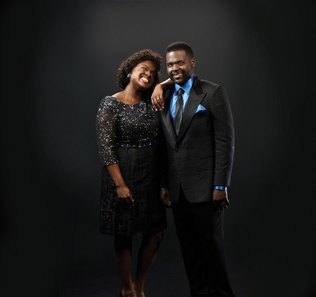 Siblings Juan (r.) and Deborah Joy (l.) Winans star as BeBe and CeCe Winans in 'Born For This: The BeBe Winans Story' (Photo Credit: Alliance Theatre).