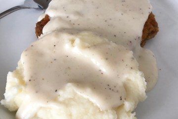 Easy White Country Gravy