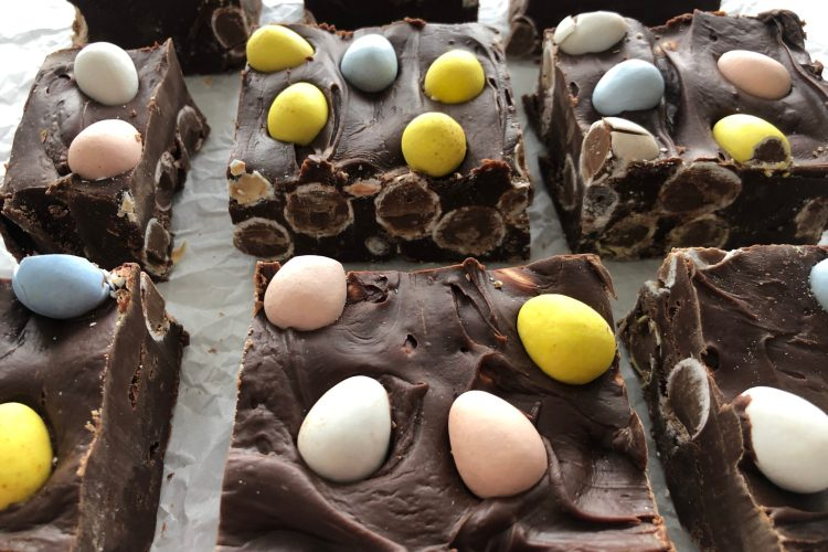 Easy 4 Ingredient EASTER FUDGE! Make this today!