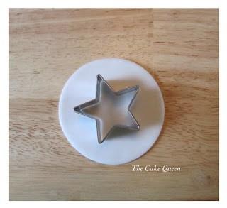 El cortador en forma de estrella lo colocamos en el centro de nuestro círculo blanco y cortamos una estrella, que vamos a guardar a un lado de nuestra mesa de trabajo, ya que la vamos a usar más adelante