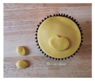 Pegamos el hocico en la parte de abajo de la cupcake
