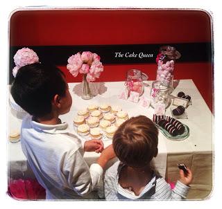 La mesa rosa para el bautizo de Alba, el rincón de las chuches