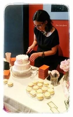 La mesa rosa para el bautizo de Alba, cortando la tarta principal