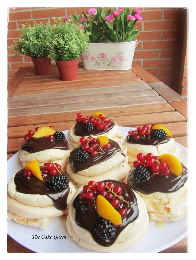 Mini Pavlovas con mascarpone y cobertura de chocolate y frutas, la combinación del mascarpone, el chocolate y las frutas es maravillosa