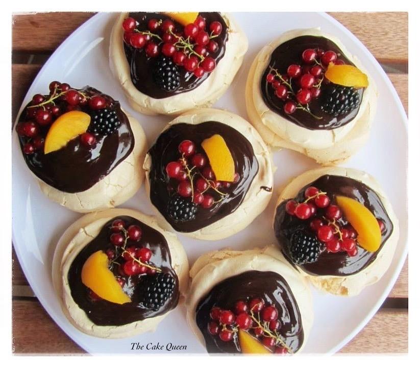 Pavlova con relleno de crema de mascarpone y cobertura de chocolate y frutas