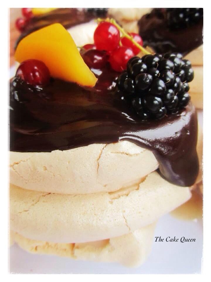 Mini Pavlovas con mascarpone y cobertura de chocolate y frutas, un postre delicioso, toma tiempo su preparación pero merece la pena todo el esfuerzo