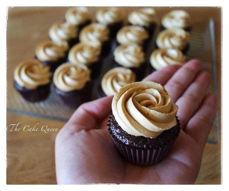 """Mi tarta de cumpleaños """"Tarta de chocolate y dulce de leche"""", mini cupcakes de chocolate con cobertura de dulce de leche"""
