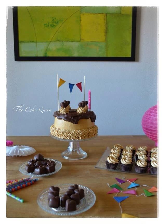 """Mi tarta de cumpleaños """"Tarta de chocolate y dulce de leche"""",una mesa dulce muy cuca"""
