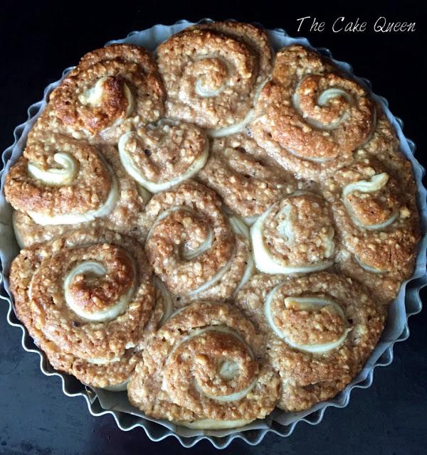 Baklava cakeroll de miel, limón y frutos secos, ya lleva 30 minutos en el horno