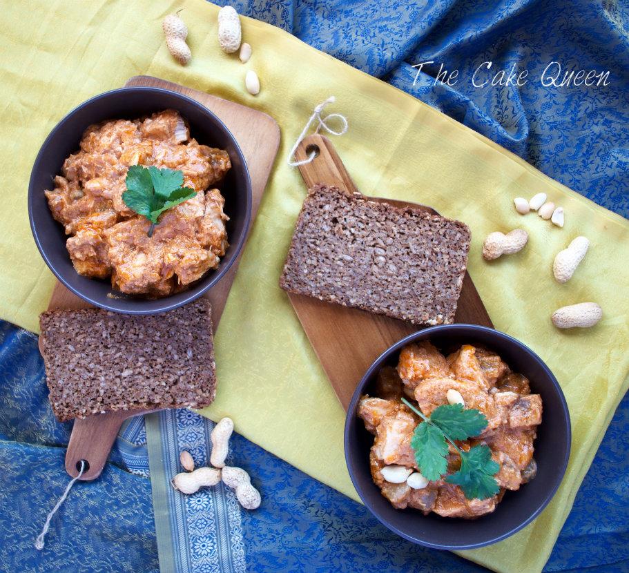 Pollo en salsa cremosa de cacahuetes. Plato típico del oeste africano