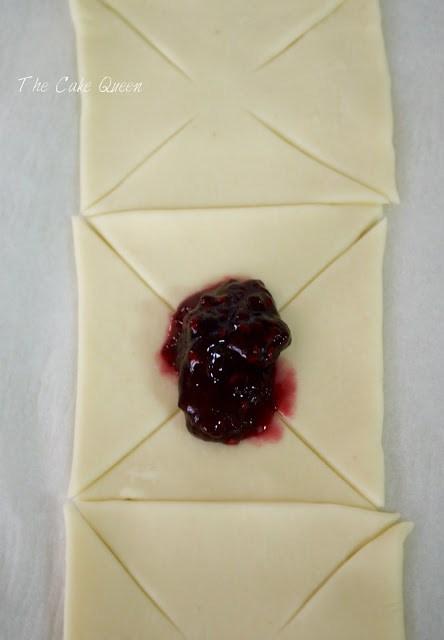 PASO 3: rellenar cada cuadrado de hojaldre con la mermelada,no te excedas, rellena solo un poco