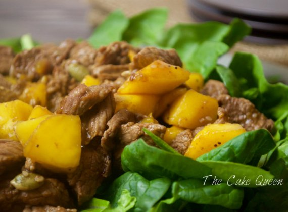 Ternera salteada con espinacas y mango
