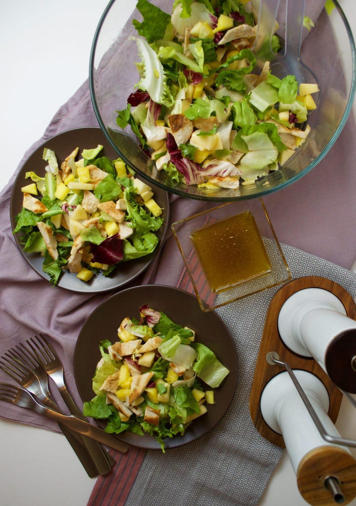 Ensalada tropical de pollo, piña y manzana