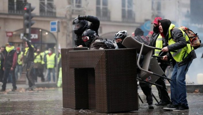 Mass riots turn Paris into warzone