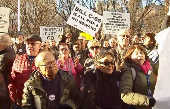 Pro-pipeline protesters boo Nenshi at mentions of Quebec, climate change during Calgary rally