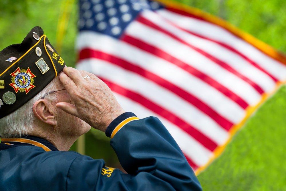 us veteran salutes the flag