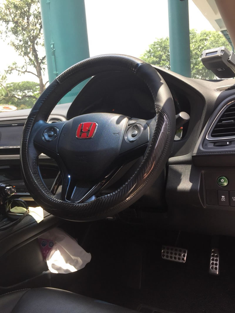 Glossy Carbon Fiber + Leather M Size Steering Wheel Cover