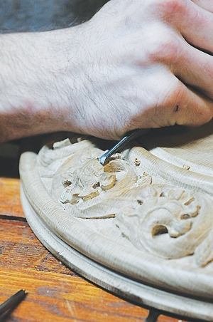 Paul Sirba carves leaves on what will be the base of the crosier. Dianne Towalski / The Catholic Spirit