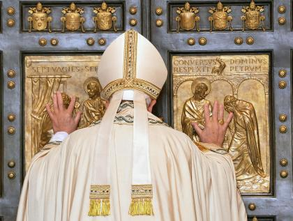 20151208T0717 259 CNS POPE MERCY DOOR1 1 - Holy Year is a reminder to put mercy before judgment, pope says