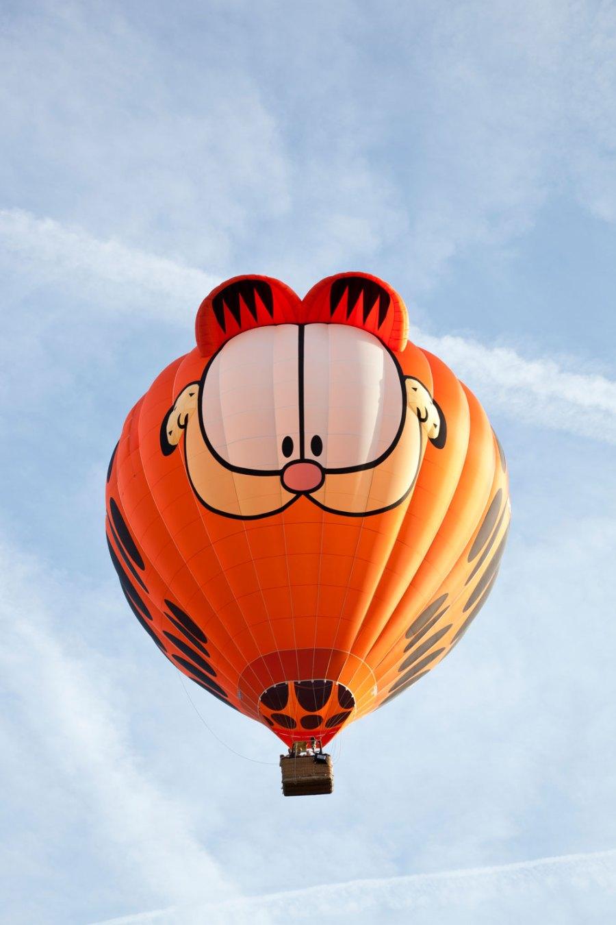 Balon udara besar bertema Garfield terbang di langit