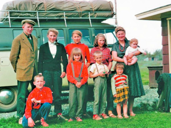 Yule Kilcher and Ruth Kilcher with their eight kids