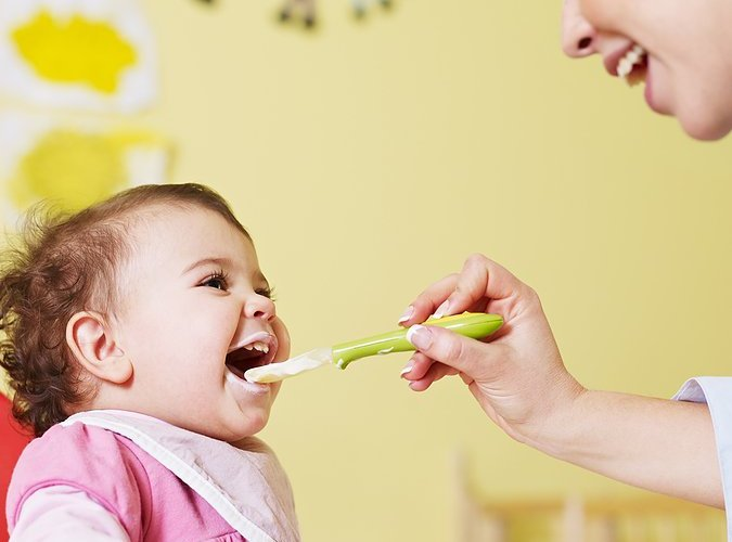 Top 4 tips and tricks on how to feed baby solid foods