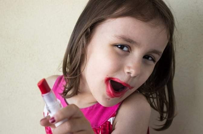 Little girl wearing makeup 01