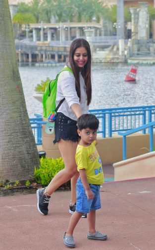 Real Mom Shweta Tanwar - Mother walking with her son