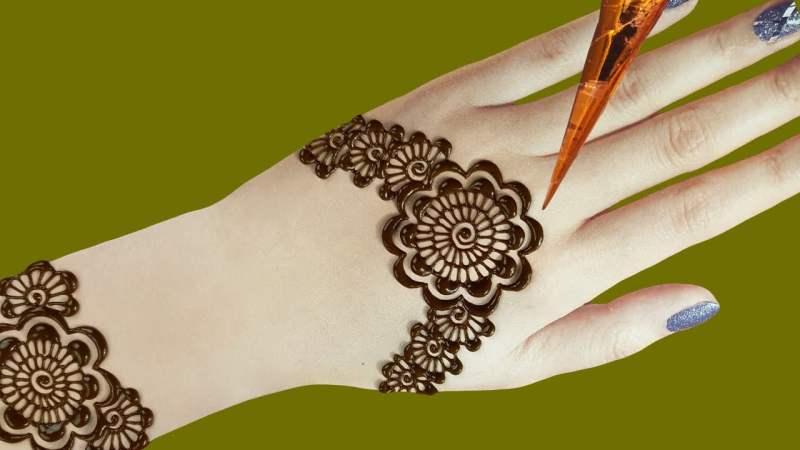 Self application of mehndi design