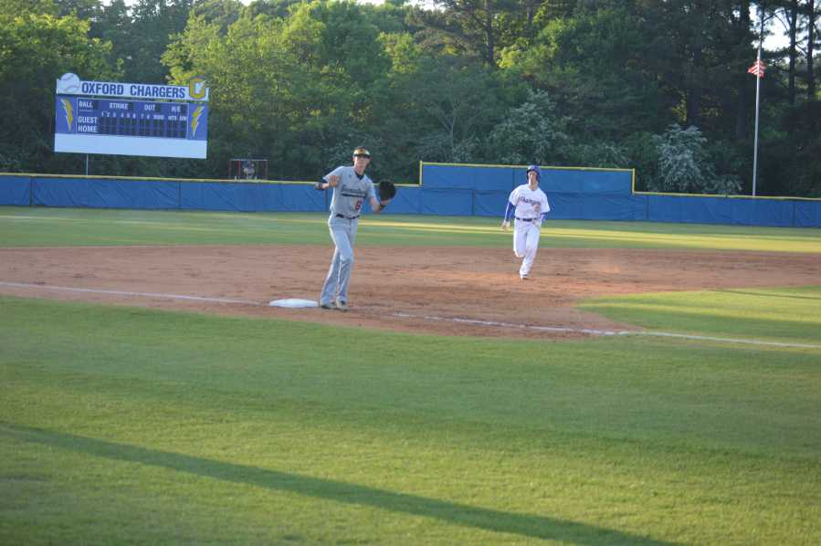 Sophomore+Ben+Bianco+runs+to+third+base