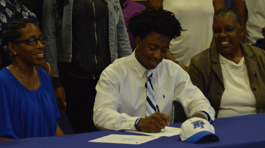 Senior+D.Q.+Thomas+signs+his+National+Letter+of+Intent+to+play+football+for+MTSU+next+season.