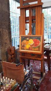 taliano: La sedia a rotelle di Frida Kahlo davanti al cavalletto dove poggia un suo quadro rimasto non finito, nel suo studio nella Casa Azul (Città del Messico) Date 2015 Martinica.ferrara
