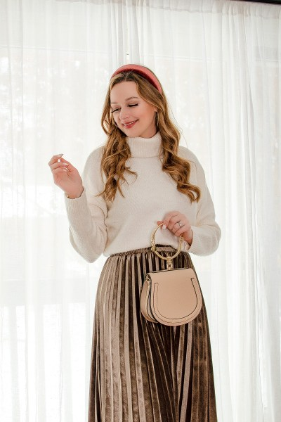This velvet skirt outfit is the perfect look for any fancier occasion this winter! And paired with a cozy sweater, knee-high boots and tights, it will also keep you nice and warm!